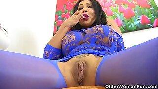 UK milf Nicole DuPapillon fingers her fierce fanny flaps