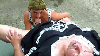 Der perverse Hausmeister traegt gerne Kleider beim bumsen
